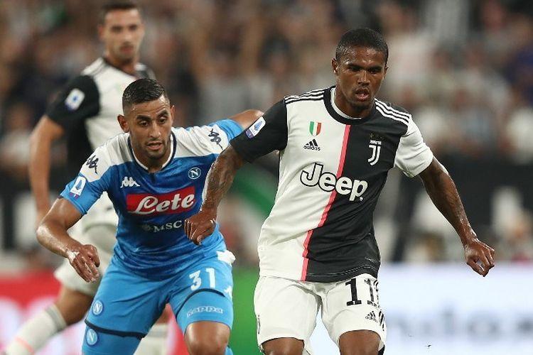 Douglas Costa (kanan) saat tampil pada laga Juventus vs Napoli di Allianz Stadium, 31 Agustus 2019.