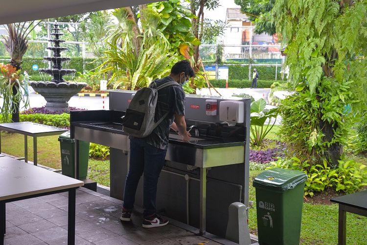 Salah satu siswa JIS sedang mencuci tangan pada salah satu fasilitas di JIS. Hari ini para siswa JIS sudah menjalani sistem blended learning yang mewarnai uji coba pembukaan sekolah secara terbatas.