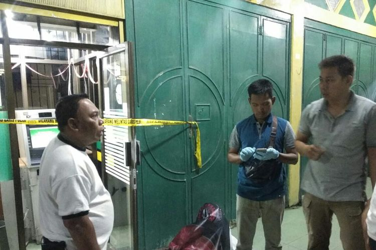 Polisi melakukan olah tempat kejadian perkara di Kantor Bank Aceh Cabang Pembantu, Sampoiniet, Kecamatan Baktiya Barat, Aceh Utara, Kamis (12/12/2019)