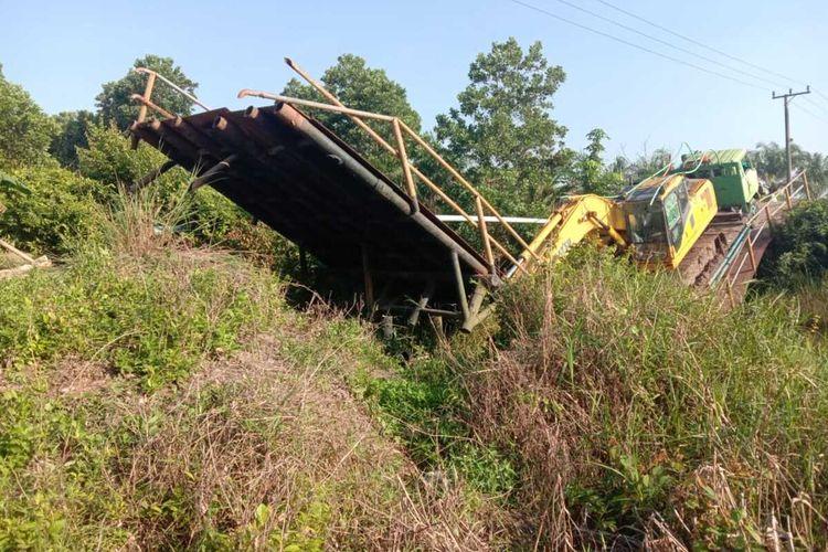 Jembatan besi di KTM Sungai Rambutan Ogan Ilir Sumatera Selatan ambruk saat dilewati kendaraan tronton yang membawa alat berat.