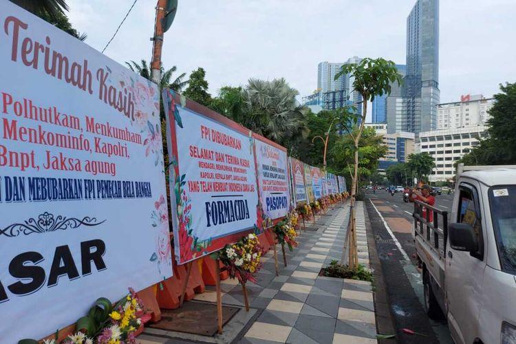 Karangan bunga di depan Taman Apsari Surabaya berisi dukungan kepada pemerintah yang telah membubarkan Ormas FPI, Kamis (31/12/2020).