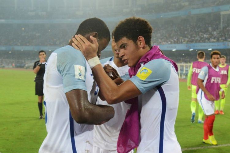 Para pemain Inggris merayakan gol keempat timnya ke gawang Spanyol dalam laga final Piala Dunia U-17 di Stadion Vivekananda Yuba Bharati Krirangan, Kolkata, India, pada 28 Oktober 2017.
