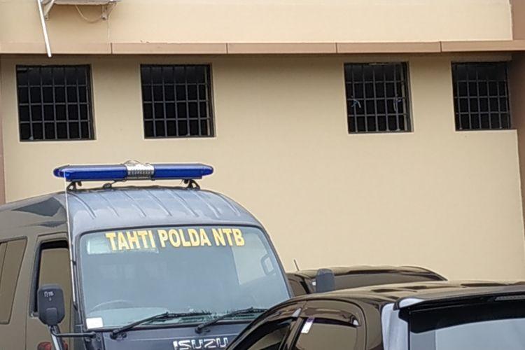 Mataram, Kompas.Com diduga kuat Dorfin Felix tahanan Narkoba Polda NTB kabur melalui jendela jenis ini berukuran 70 kali 70 centimeter
