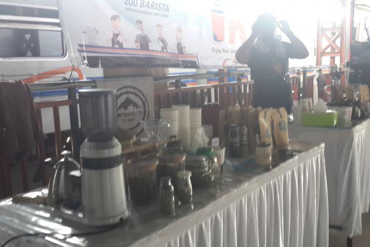 Sejumlah barista meracik kopi untuk dibagikan ke penumpang kereta api secara gratis di Stasiun Malang, Rabu (31/1/2018)