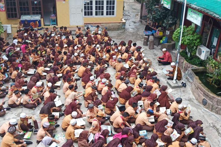 Praktik baik literasi membaca massal di Madrasah Ibtidaiyah (MI) Nahdlatul Ulama (NU) Balikpapan, Kalimantan Timur.