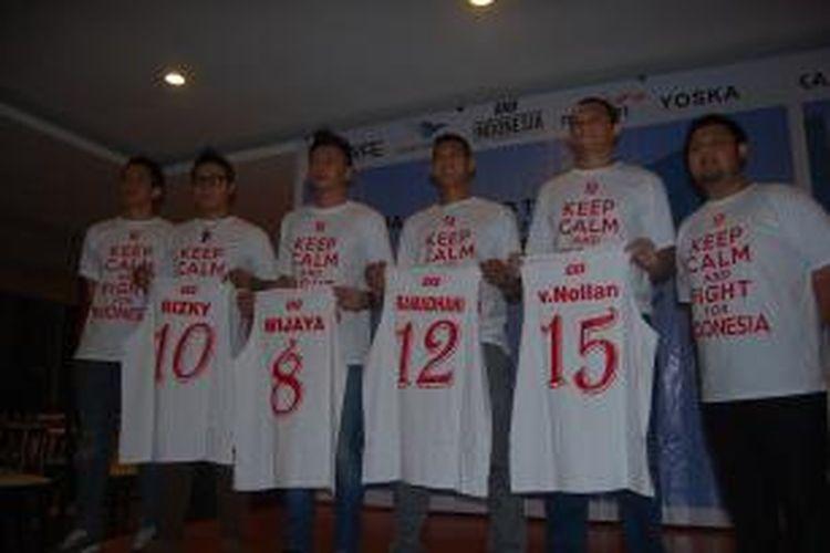 Empat atlet 3X3 terpilih (tengah), menunjukkan seragam masing-masing yang akan dipakai pada FIBA 3X3 World Tour Tokyo, Jepang, di Resto Laguna, Istora Senayan, Jakarta, Rabu (17/7/2013).