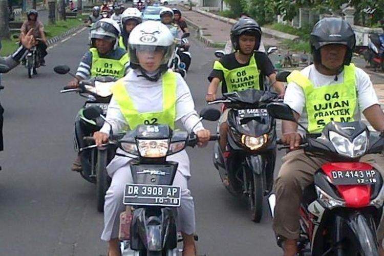 Beberapa peserta ujian SIM saat praktik di jalan Udayana, Mataram, Nusa Tenggara Barat (NTB).