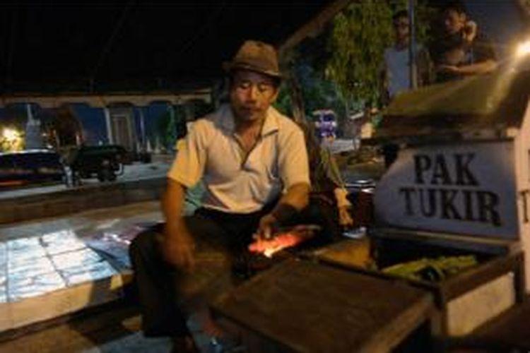 Mencicipi variasi sate ayam yang jadi kuliner khas Kebumen, Jawa Tengah.