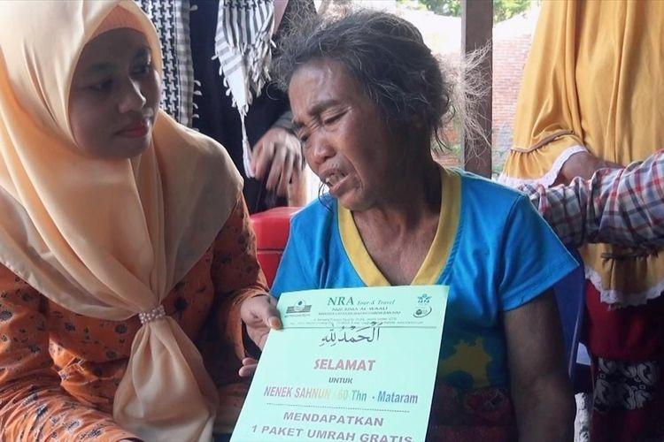 Sahbun (60), Pemulung yang dikenal gigih menerima hadiah umroh dari sebuah perusahaan perjalanan ibadah haji dan umrah di Jakarta,  Nur Rima Al-Waali (NRA) travel.