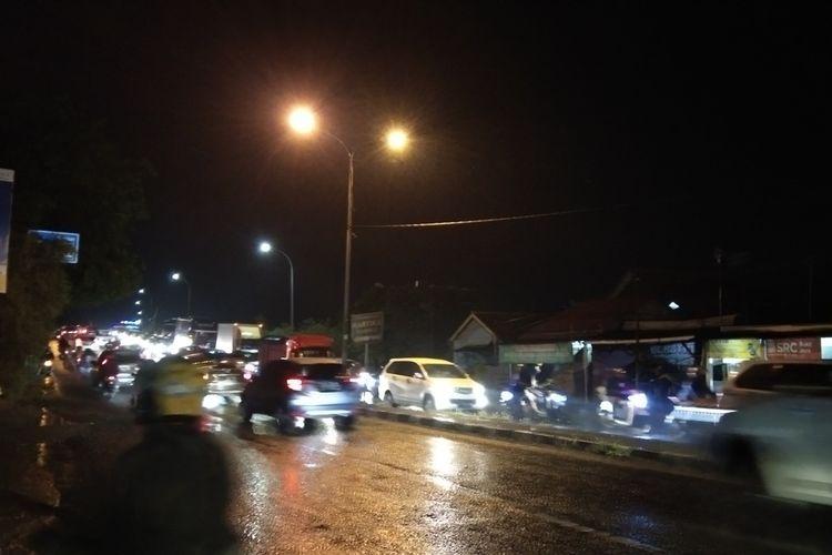Pantauan pada pukul 19.00 WIb, jalur arteri Karawang padat. Minggu (3/1/2021) mulai pukul 20.00 WIB diprediksi sebagai pu cak arus balik libur Nataru.