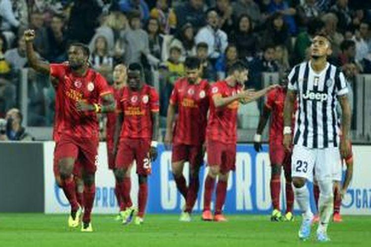 Para pemain Galatasaray saat merayakan gol Umut Bulut ke gawang Juventus pada matchday kedua Grup B Liga Champions di Stadion Juventus, Rabu atau Kamis (3/10/2013) dini hari WIB. Kedua tim bermain imbang 2-2 pada laga tersebut.