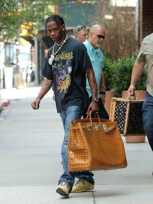 Rapper Travis Scott menenteng tas Hermes Birkin berukuran super besar.
