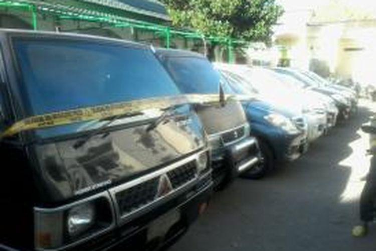 11 unit mobil rental yang digelapkan IRT, Irda sudah disita dan diamankan di markas Polrestabes Makassar.