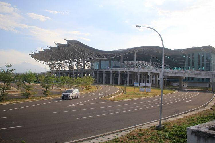 Suasana Bandara Internasional Jawa Barat (BIJB) Kertajati yang lengang di Majalengka, Jawa Barat, Sabtu (15/6/2019). PT BIJB menyatakan pemindahan 12 rute penerbangan dari Bandara Internasional Husein Sastranegara Bandung ke Bandara Internasional Jawa Barat (BIJB) yang seharusnya pada tanggal 15 Juni 2019 dibatalkan karena adanya masalah administrasi. ANTARA FOTO/Dedhez Anggara/pras.