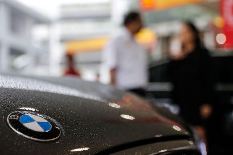 Mobil BMW 520i Luxury saat acara flag-off dari BMW Driving Experience di SPBU Shell, Jalan Gatot Subroto, Menteng Dalam, Jakarta, Senin (12/3/2018). Program BMW Driving Experience merupakan kegiatan untuk menempuh lima kota besar sejauh 900 kilometer dengan mengendarai BMW Seri 5, salah satunya BMW 520i Luxury yang memiliki mesin 4-silinder BMW TwinPower Turbo serta memakai bahan bakar berkualitas.
