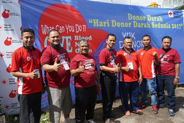 Anggota kelompok donor darah Koral dari Desa Gendoh yang melakukan kegiatan donor darah sejak tahun 1986 dan sudah mengumpulkan sebanyak 9.287 kantong darah