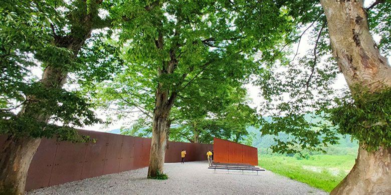 Instalasi seni di desa Echigo-Tsumari berpadu dengan indahnya pemandangan alam yang hijau. (Didi Kaspi Kasim)