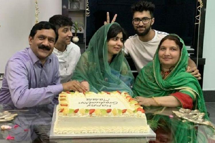 Malala merayakan kelulusannya bersama keluarga.