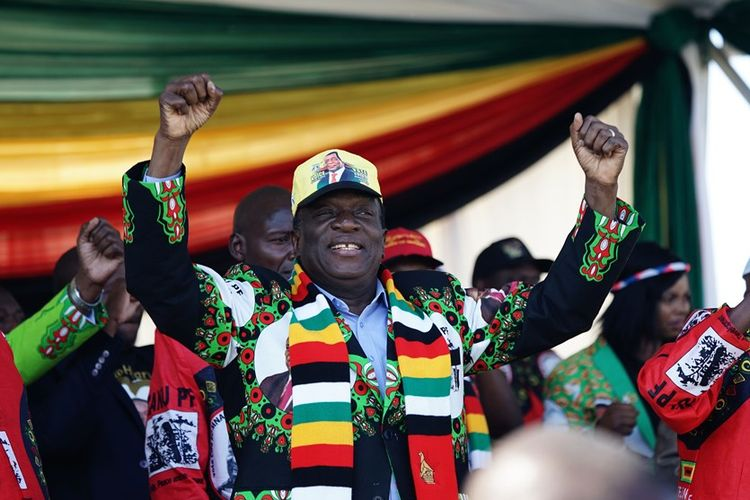 Presiden Zimbabwe Emmerson Mnangagwa saat menghadiri kampanye partai Zanu PF di stadion kota Bulawayo, Sabtu (23/6/2018).