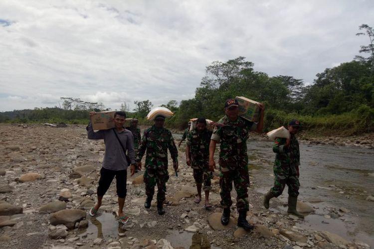 Tim dari Korem 1502 Masohi membawa bantuan bahan pangan kepada ratusan warga suku Mausu Ane di pedalaman Pulau Seram, Maluku Tengah yang terkena bencana kelaparan, Selasa (24/7/2018)