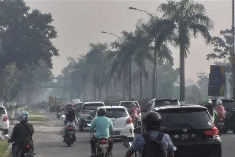 Kondisi kabut asap akibat karhutla terlihat cukup pekat di ruas Jalan Jenderal Sudirman, Kota Pekanbaru, Riau, Kamis (25!7/2019) pagi.