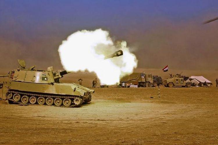 Kendaraan tempur M109 self-propelled howitzer milik pasukan Irak, menembak pasukan ISIS di desa Tall al-Tibah, sekitar 30 kilometer selatan kota Mosul, 19 Oktober 2016. Pada 17 Oktober lalu, PM Haider al-Abadi mengumumkan dimulainya operasi militer besar-besaran untuk merebut Mosul, kota terbesar Irak sekaligus basis terakhir ISIS di negeri itu.