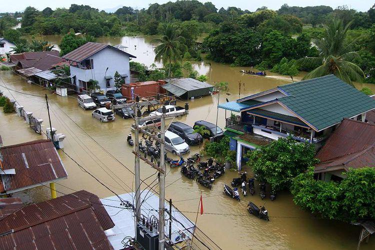Suasana pemukiman dan tempat parkir kendaraan yang tergenang banjir di tepian Sungai Kapuas, Putussibau, Kabupaten Kapuas Hulu, Kalimantan Barat, Selasa (15/9/2020). Kota Putussibau masih terendam banjir dan mengalami pemadaman listrik serta jaringan telekomunikasi sejak Minggu (13/9/2020).