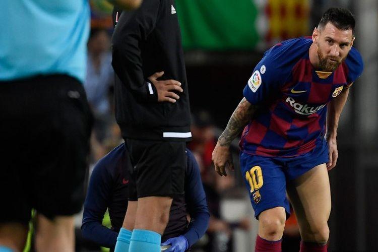 Lionel Messi mendapatkan perawatan pada pertandingan Barcelona vs Villarreal dalam lanjutan La Liga Spanyol di Stadion Camp Nou, 23 September 2019.