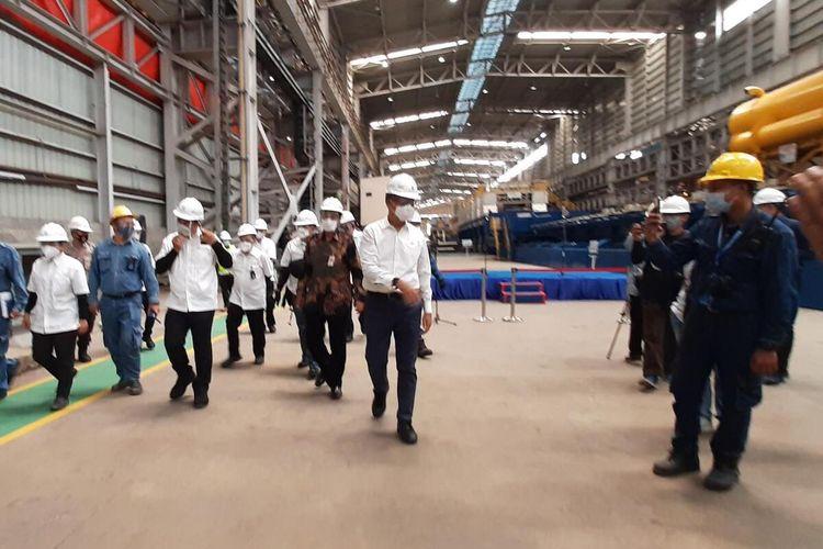 Menteri Perindustrian Agus Gumiwang Kartasasmita saat meninjau pabrik Hot Strip Mill (HSM) II PT Krakatau Steel, Kota Cilegon Banten