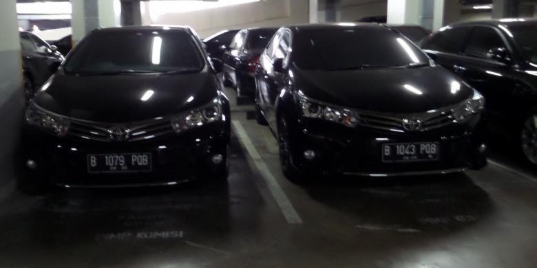 Pelat mobil Toyota Corolla Altis untuk menunjang transportasi anggota Dewan berganti warna menjadi hitam.