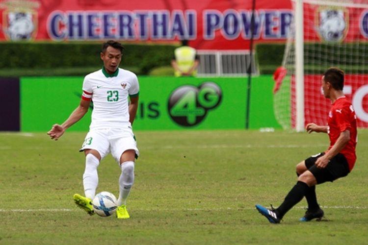 Aksi bek timnas U-22 Indonesia, Hansamu Yama, dalam laga kedua Grup H kontra Mongolia pada Kualifikasi Piala Asia U-23 2018 di Stadion Nasional Supachalasai, Bangkok, Thailand, Jumat (21/7/2017)