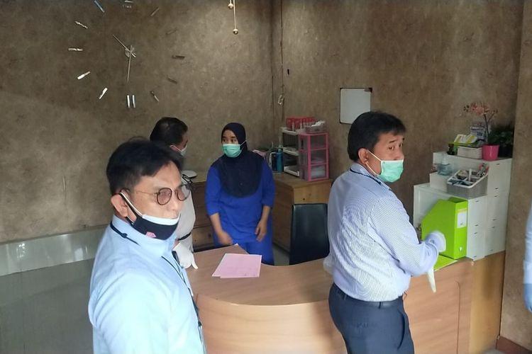 Petugas Subdit IV Ditreskrimsus Polda Banten saat membongkar praktik aborsi di Klinik Sejahtera, Pandeglang