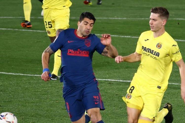 Luis Suarez (kiri) berebut bola dengan Juan Foyth dalam laga Villarreal vs Atletico Madrid pada pekan ke-25 La Liga 2020-2021 yang digelar di Stadion De La Ceramica, Minggu (28/2/2021) malam waktu setempat.
