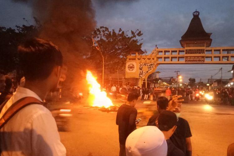 Suasana aksi sejumlah orang membakar ban bekas di Perempatan Jalan Tanjung Raya I, Kecamatan Pontianak Timur, Kota Pontianak, Kalimantan Barat, Rabu (22/5/2019).