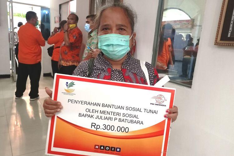 Urabeka Simare-mare adalah salah satu KPM BST yang menerima langsung dari Menteri Sosial Juliari P Batubara di Kantor Pos Medan, Jumat (13/11/2020)