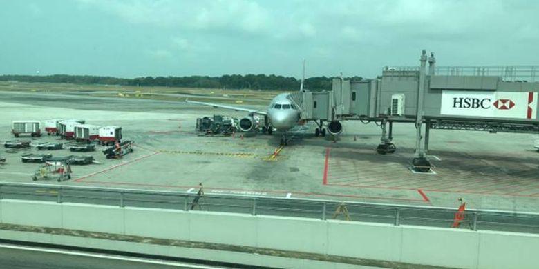Pesawat yang terparkir di Changi International Airport, Singapore.
