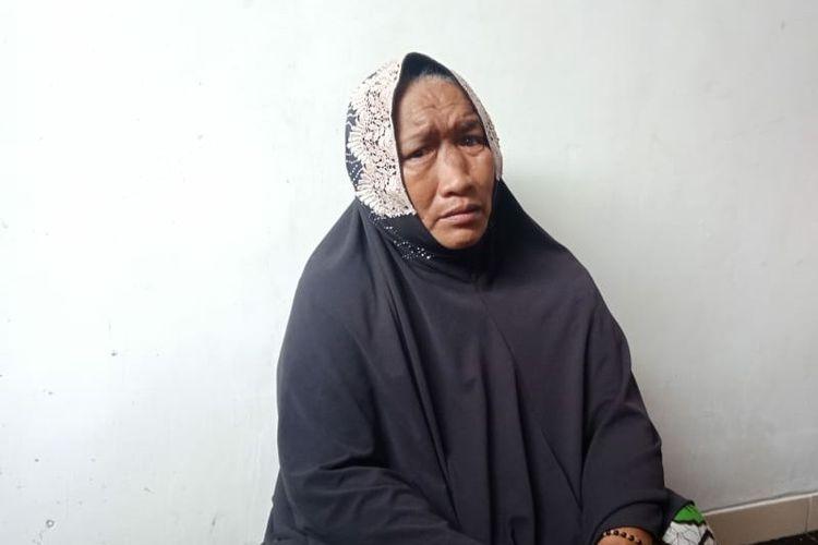 Nenek Darwati (58), salah seorang KPM BPNT di Kabupaten Tuban yang namanya dicoret dari daftar KPM BPNT tahun 2021 saat mengadukan permasalahannya kepada tenaga pendamping bantuan sosial pangan. Jumat (8/1/2021).