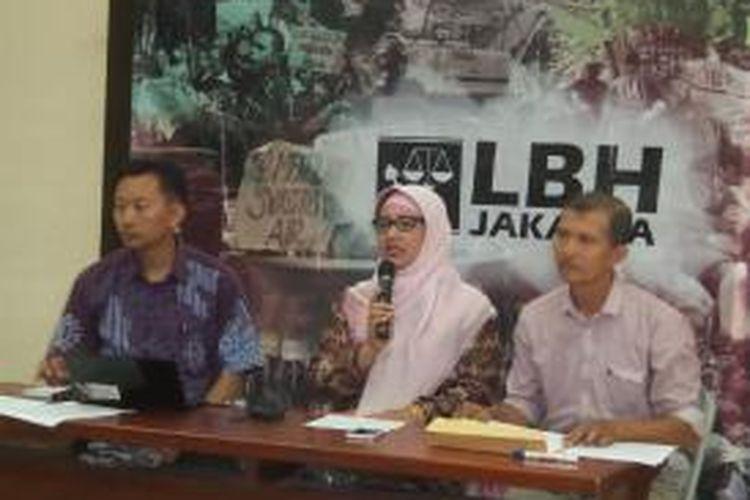 Mantan Kepala SMA Negeri 3, Retno Listyarti (tengah) saat memberikan keterangan seputar pencopotan dirinya dari jabatannya, di Kantor LBH Jakarta, Minggu (17/5/2015)
