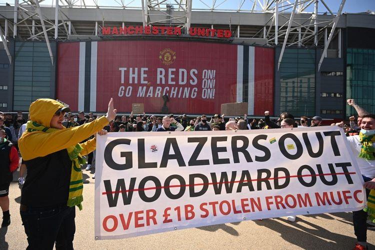 Ratusan suporter Manchester United melakukan aksi protes yang dilayangkan kepada keluarga Glazer di luar Stadion Old Trafford, Sabtu (24//4/2021).