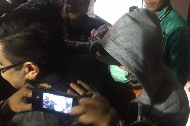 Iwa K, yang mengenakan jaket bertudung warna abu-abu, berjalan keluar laboratorium Badan Narkotika Nasional (BNN), Cawang, Jakarta Timur, sesudah menjalani pemeriksaan pada Selasa (2/5/2017).