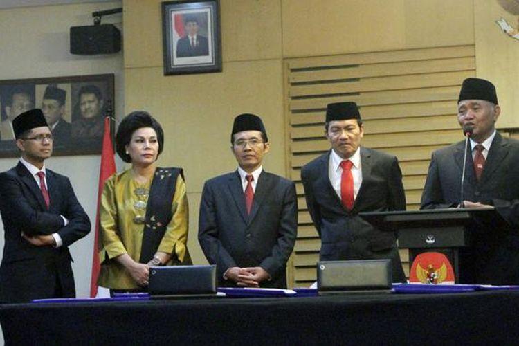 Ketua KPK yang baru dilantik, Agus Rahardjo (kanan), memberikan keterangan didampingi Wakil Ketua KPK Laode Muhammad Syarif (kiri), Basaria Panjaitan (kedua kiri), Alexander Marwata (tengah) dan Saut Situmorang, usai acara serah terima jabatan di Gedung KPK, Jakarta, Senin (21/12/2015).