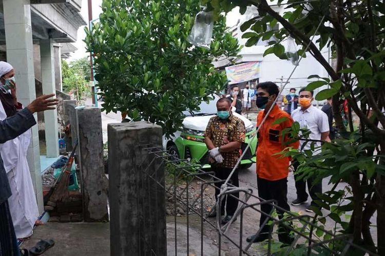 DIHADANG—Kedua orang tua orang seorang santri positif corona menghadang Bupati Madiun, Ahmad Dawami yang hendak menjemput paksa anaknya untuk diisolasi di rumah sakit, Kamis (14/5/2020).