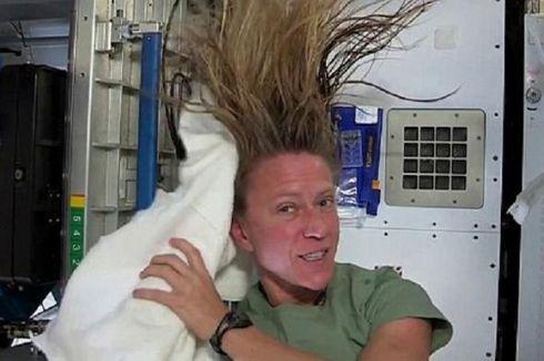 Astronot NASA Pamerkan Cara Unik Keramas di Luar Angkasa
