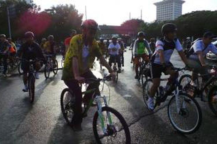 Gubernur DKI Jakarta Joko Widodo bersepeda dari rumah dinasnya di Jalan Taman Suropati, Menteng, ke kantornya di Balaikota, Gambir, Jumat (6/2/2014).