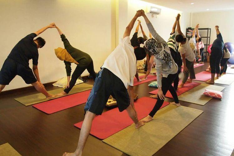 Latihan yoga bersama calon ibu dan ayah di Nujuh Bulan Studio.