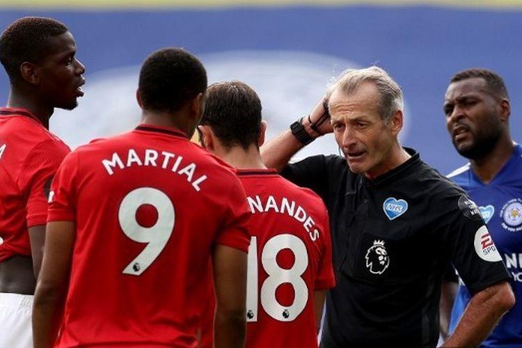 Martin Atkinson, memimpin laga antara Leicester City dan Manchester United pada gameweek terakhir Liga Inggris 2019-2020.