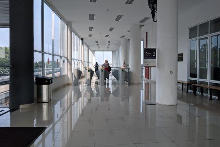 Penumpang KA Bandara dari Stasiun Batu Ceper menuju Jakarta melewati gate Stasiun Batu Ceper, Jumat (29/11/2019)