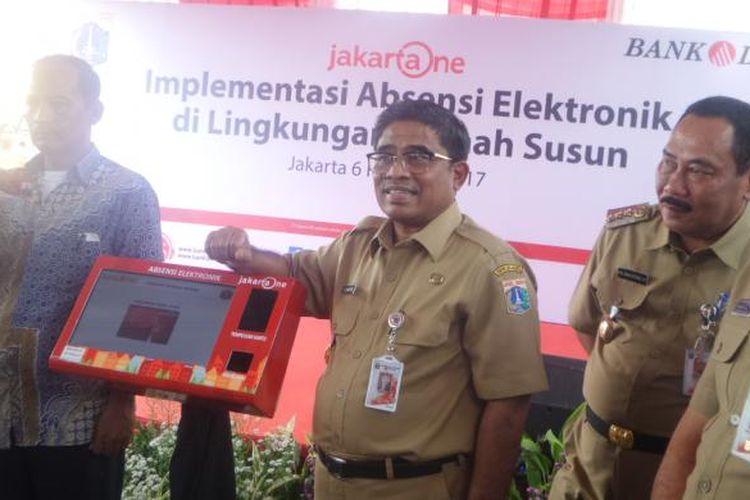 Plt Gubernur DKI Jakarta Sumarsono saat melaunching  mesin absensi di Rusun Pesakih, Jakarta Barat, Senin (6/2/2017)