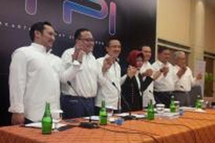 Dewan Direksi Televisi Pendidikan Indonesia, termasuk pemilik PT Cipta Televisi Pendidikan Indonesia, Siti Hardiyanti Rukmana (tengah berjilbab), dalam konferensi pers, Jumat (21/11/2014).