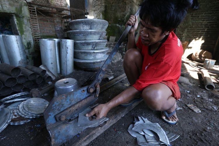 Sejumlah bahan yang digunakan untuk pembuatan knalpot di salah satu rumah produksi di Jalan Kiswadi Desa Pesayangan Purbalingga, Jawa Tengah, Jumat (10/3/2017). Desa ini disebut desa knalpot karena sejumlah warganya memproduksi knalpot mobil dan motor.